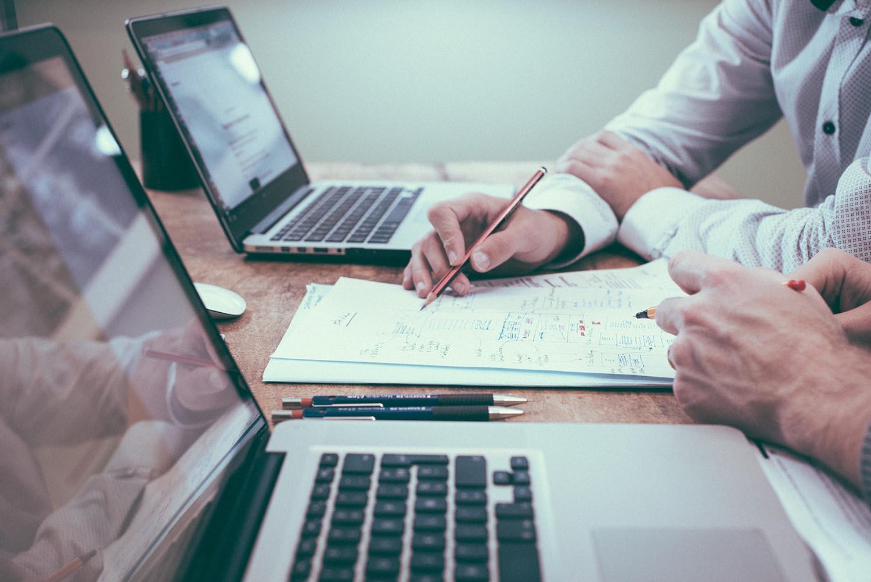Unabhängiger-Finanzberater-laptop-und-notizen